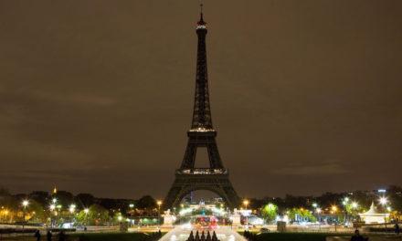 Torre Eiffel apaga sus luces en solidaridad con Barcelona