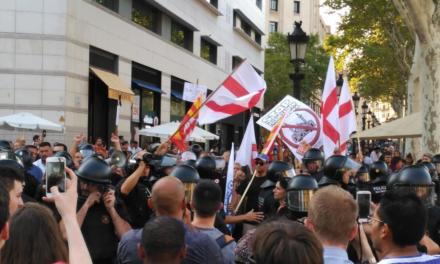 """Detienen en Barcelona marcha de ultraderechistas; """"¡Fascistas, fuera de nuestros barrios!"""", gritaron"""