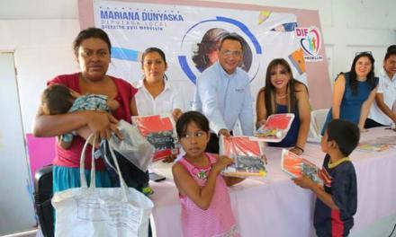 Dona Mariana Dunyaska García Rojas 2 mil paquetes escolares