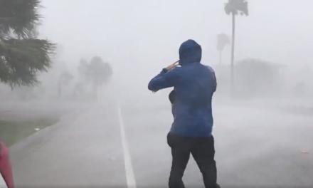 Video: Harvey, ahora de categoría 4, deja sin luz a 10 mil personas en Texas
