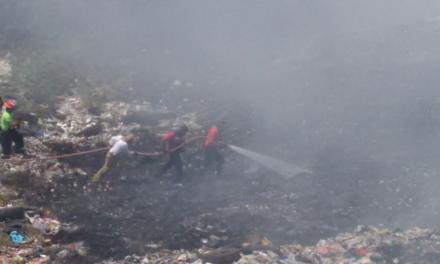 Siguen intentando controlar el incendio en el basurero de San Andrés Tuxtla