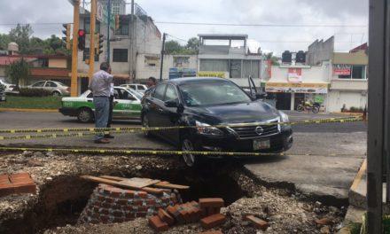Camioneta cae a obra por falta de señalética en Maestros Veracruzanos