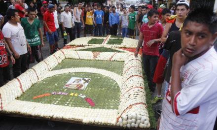 En Coatepec, habitantes de Las Hayas se preparan para celebrar a Santa Elena de la Cruz