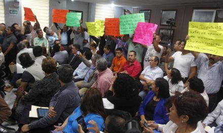 Taxistas se manifiestan contra pago de reordenamiento en el Congreso