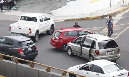 Percance vial en la Av. Lázaro Cárdenas a la altura de la Renault