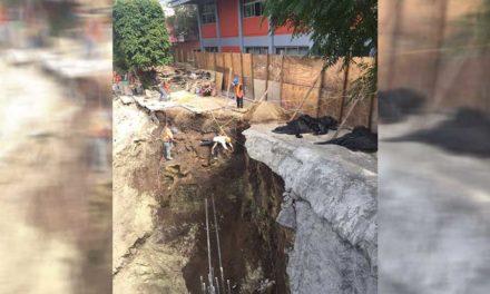 Alumnos y maestros de Oaxaca en peligro por socavón