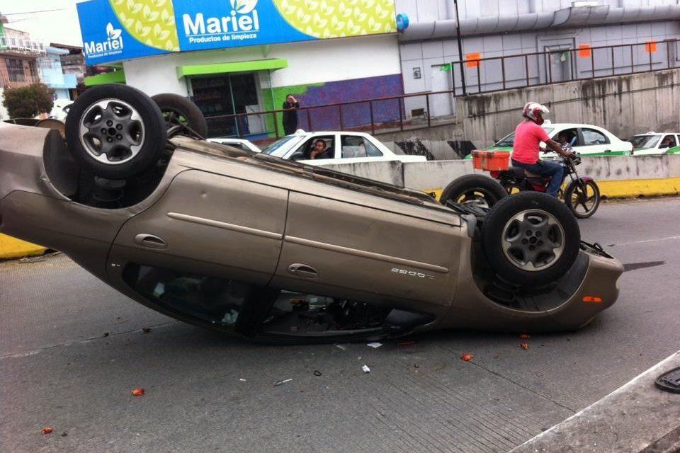 Se vuelca vehículo en calle Pípila de esta Capital