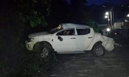Vuelca camioneta de alcalde de Zongolica Ricardo Macuixtle