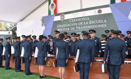 Cienfuegos pide a militares graduados trabajar por México