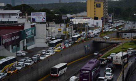 Padres de familia provocan caos vial en Lázaro Cárdenas a la altura de la Renault