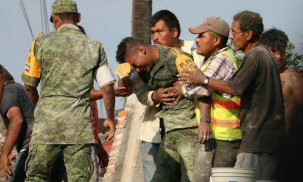 La historia detrás de la fotografía de un soldado llorando entre escombros