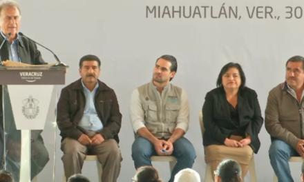 El Gobernador Miguel Ángel Yunes entregó Becas este medio día