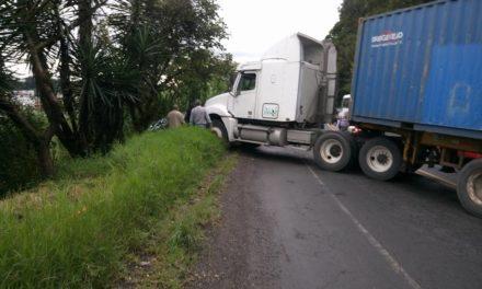 Tráiler impacta vehículo sedan a la altura de Piletas