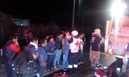 Chocan tráiler y autobús turístico, un muerto y 15 heridos