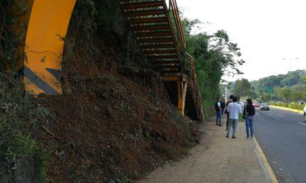 Alud bloquea acceso a puente peatonal a la altura de DIF estatal