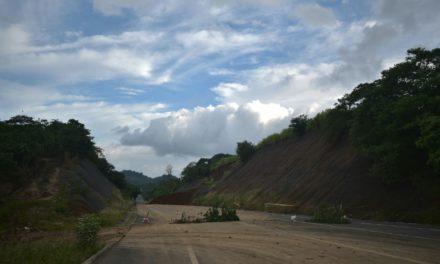 Continúan los deslaves en Xalapa 2000 y libramiento a Coatepec