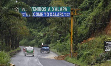 Pequeño deslave en el bulevar Coatepec- Xalapa, extreme precauciones