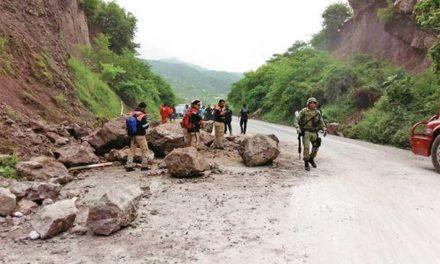 Mueren cuatro por las lluvias; cerro sepulta a familia en Oaxaca