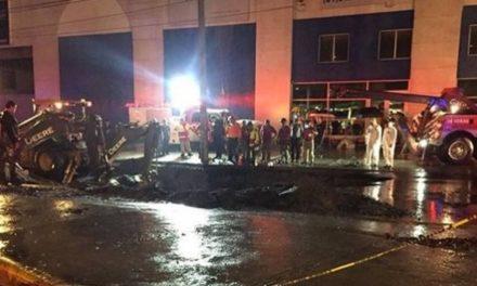 Cae familia a socavón en Monterrey; muere una mujer