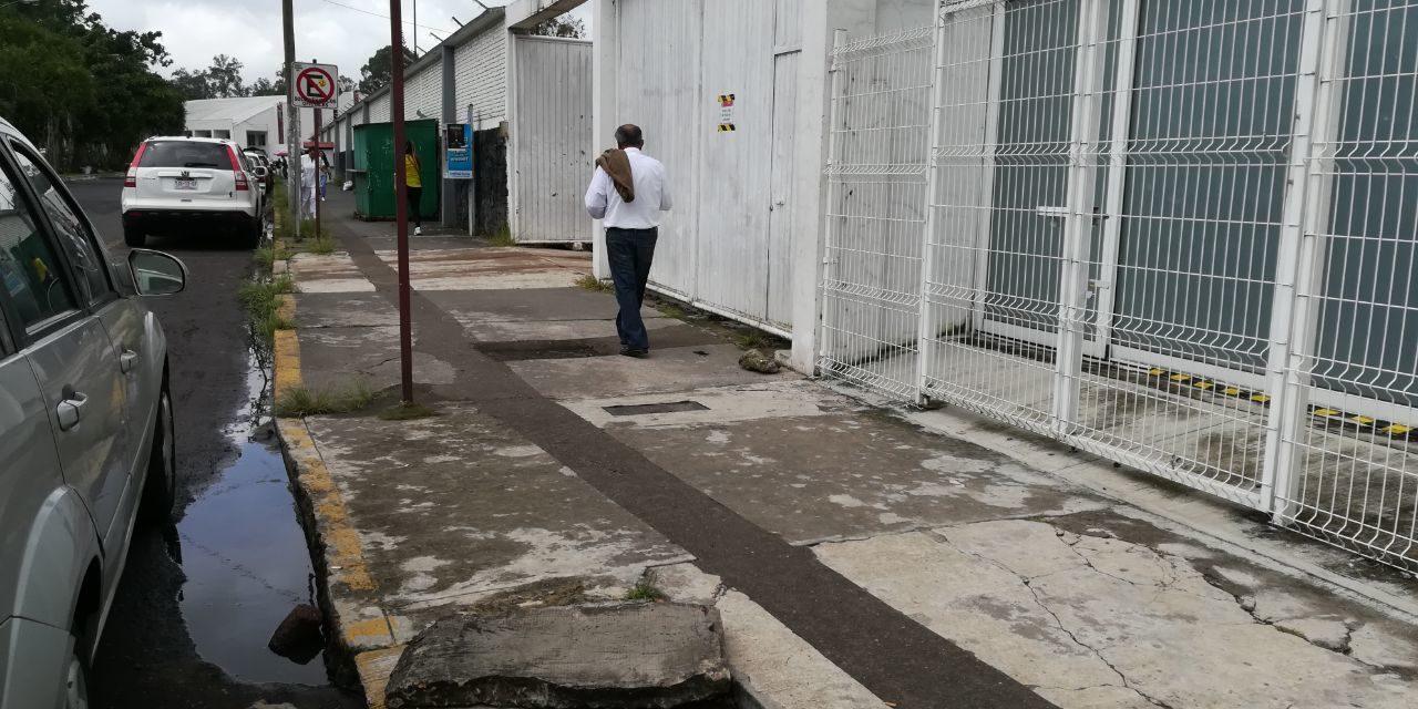 Tarjea de concreto destapada, sin señalamientos