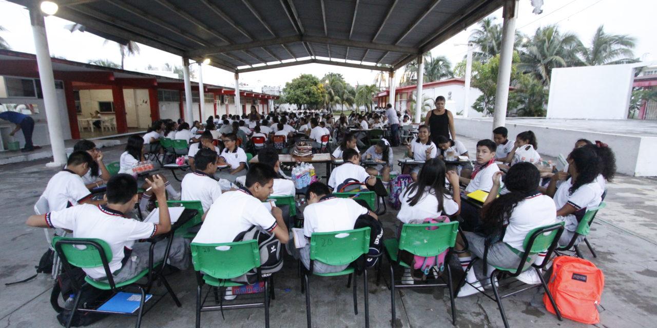 Toman clases bajo domo por daños en secundaria de Boca del Río