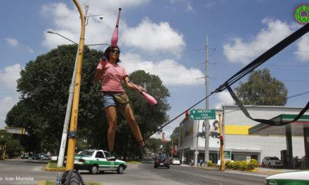 IMPRESIONANTE: Joven realiza arte cirquense y slackline en la avenida Xalapa