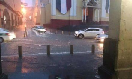 Se inunda la calle Enríquez por lluvia de esta noche en Xalapa