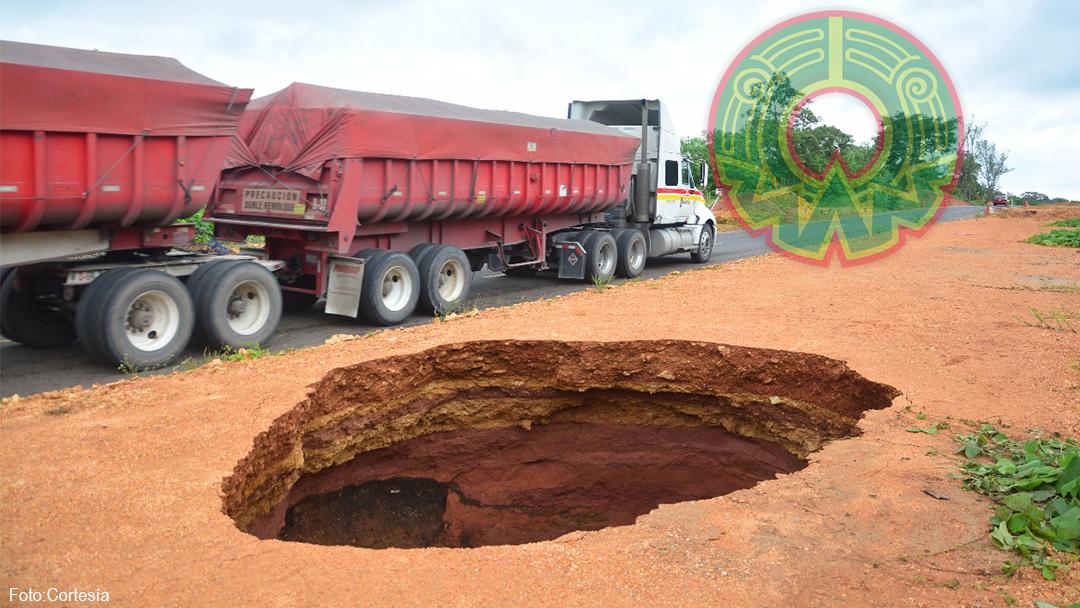 Reportan socavón a un costado de la carretera Transístmica en el tramo Acayucan-Jaltipan de Morelos