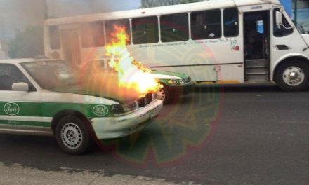 Se incendia taxi a la altura de Plaza Américas