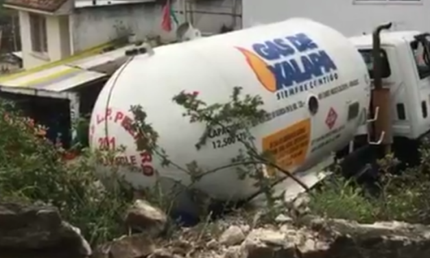 Sufre accidente Pipa de Gas en la Colonia Higueras de Xalapa