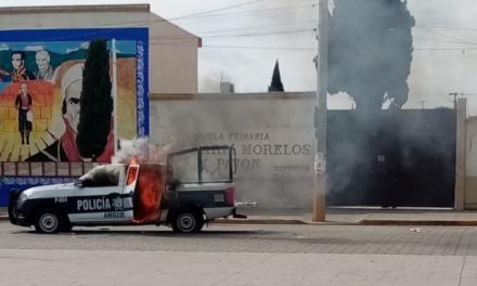 Con destrozos y vehículos quemados, pobladores exigen destitución del alcalde de Amozoc, Puebla