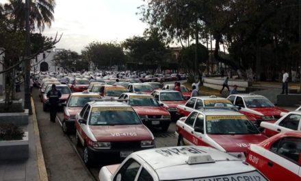 Taxistas de Veracruz Puerto realizan manifestación en contra de aplicaciones digitales como Uber.