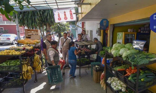 Autoridades del Ayuntamiento de Xalapa, retiran objetos que impiden el libre tránsito de las personas