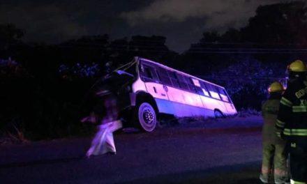 Se sale de la carretera camión de pasajeros, sobre  Xalapa-El Castillo