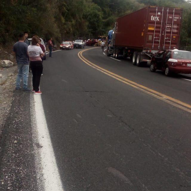Camioneta Volcada en las Curvas de Plan del Río