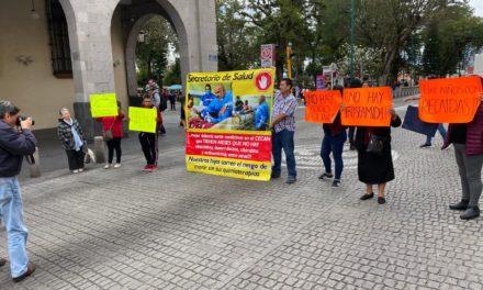 Padres de niños con cáncer bloquean la calle Enríquez en Xalapa