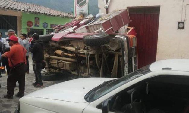 Camión materialista sin frenos causa terrible accidente en Ixhuacán de los Reyes