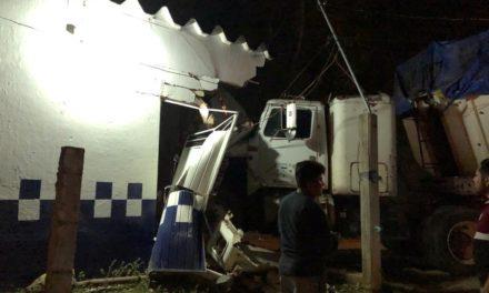 Trailer se impacta contra módulo de la Policía Municipal en Oteapan