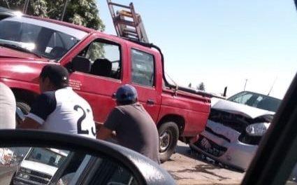 Doble accidente sobre la avenida Lázaro Cárdenas, a la altura del puente de Miguel Alemán