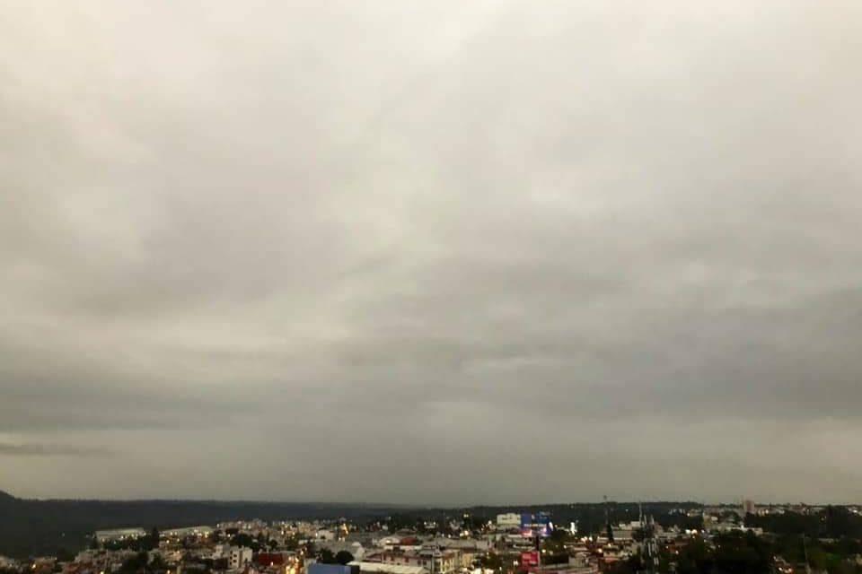 Nubosidad con lluvias esta mañana, despejándose para dominar una tarde con mayores periodos de sol y ambiente caluroso. Heladas al amanecer de miércoles en zonas altas.