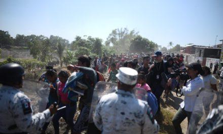 Video:Se registra un enfrentamiento en la frontera sur después de que numerosos migrantes cruzaran el Río Suchiate hacia nuestro país.