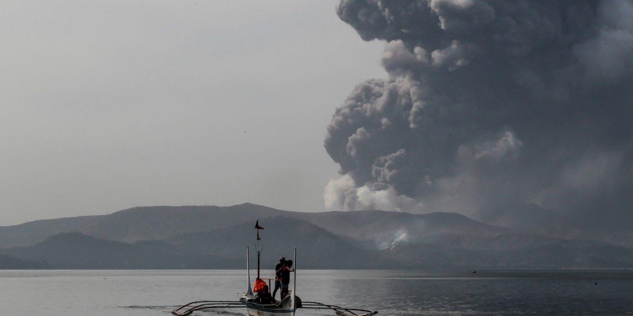 Filipinas concede 24 horas para dejar zonas de riesgo por volcán Taal
