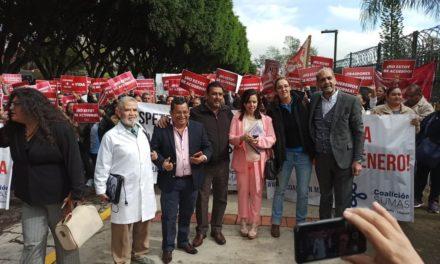 Manifestantes sobre calle Encanto, a la altura del Congreso del Estado