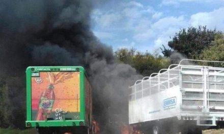 """Bloqueos y quema de vehículos en Uruapan, Michoacán, tras la captura de """"El Vocho"""", uno de los líderes de Los Viagras"""