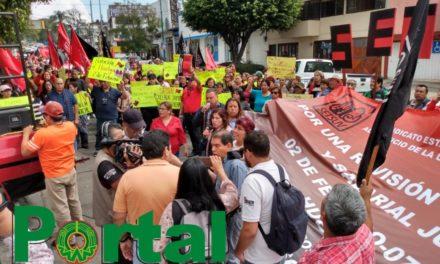 Integrantes del SETSUV marchan por calles de Xalapa