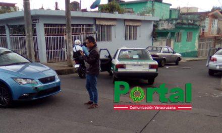 Choque en calle Adalberto Lara Hernández de la Colonia Aguacatal en Xalapa
