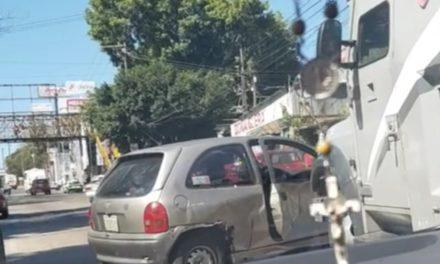 Choque sobre la avenida Lázaro Cárdenas, a la altura de Agua Santa en Xalapa