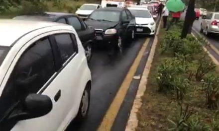 7 autos involucrados en carambola esta mañana, en la carretera Xalapa Veracruz, a la altura de la Fiscalía Regional