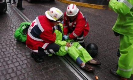 Mujer motociclista derrapó en calle Rafael Lucio en el centro de Xalapa
