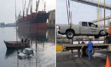 Camioneta de la SEMAR cae en el área de muelles de Veracruz